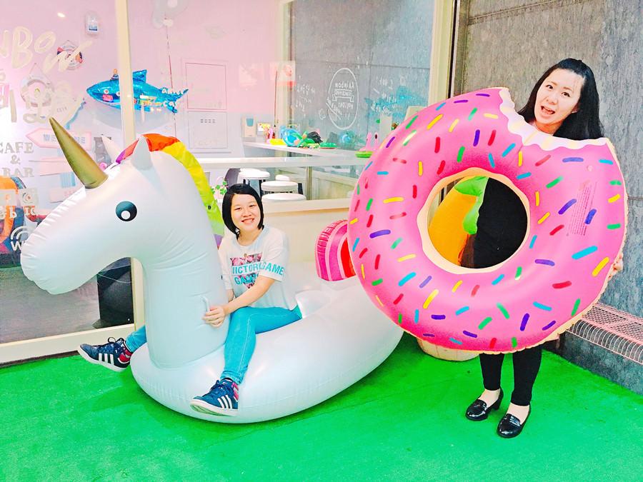 捷運新埔站美食 | Rainbow Holiday Caffè&Bar 游泳圈咖啡廳 快來爆發你的少女心