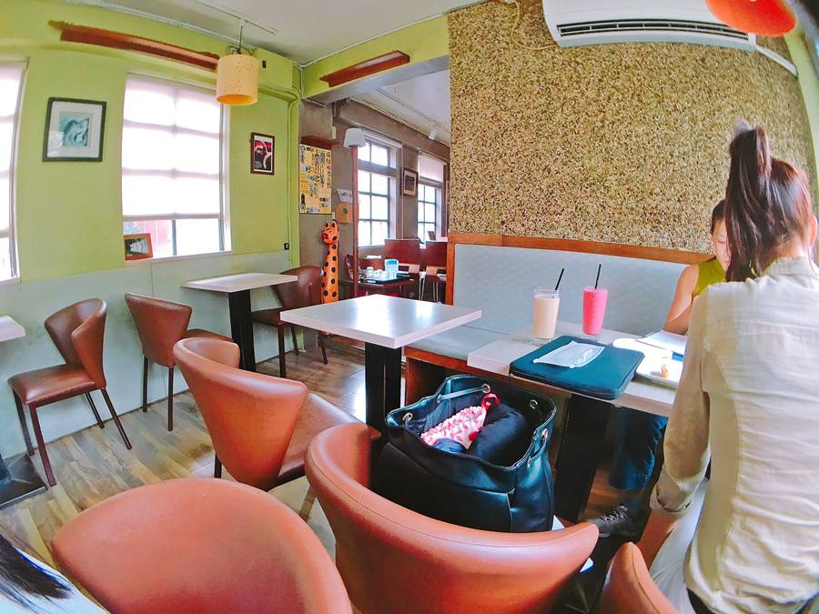 捷運士林站美食 | 看電車咖啡館 士林夜市下午茶 喝酒小酌 免費Wi-Fi上網 插座 用餐無限時