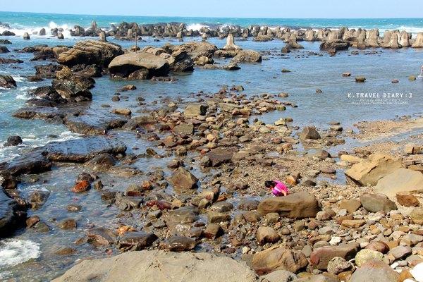 新北瑞芳景點 | 海濱公園 鼻頭福靈宮 聽浪打在石頭上的聲響 海邊玩水撿石頭 東北角 富麗漁港 海景公園