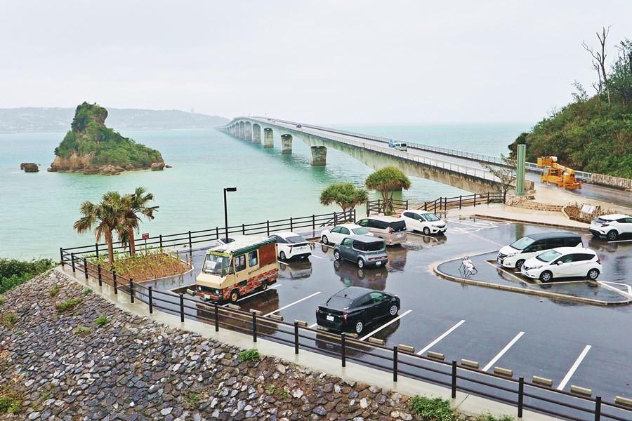 沖繩景點 古宇利大橋南詰展望所 前往古宇利島之前必來這觀景台眺望一下碧藍大海與好延伸的大橋